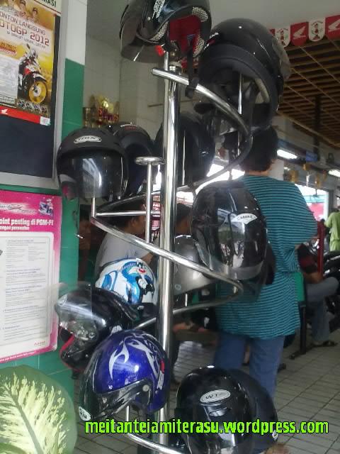 tempat gantungan helm.jpg